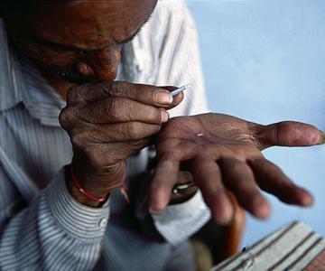 Grain de riz gravé dans la main de Bhanwarlal Kumawat